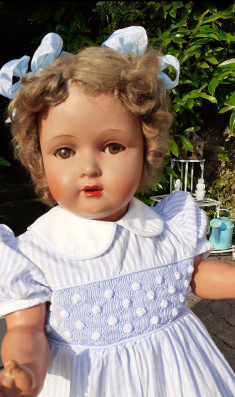 une jolie  fillette qui mesure 70 cm ,je pense que c est une Bella Capi ,si vous en savez plus que moi à son sujet , j en serai ravie .Elle a gardé sa fraicheur et ses bouclettes ont traversé le temps .