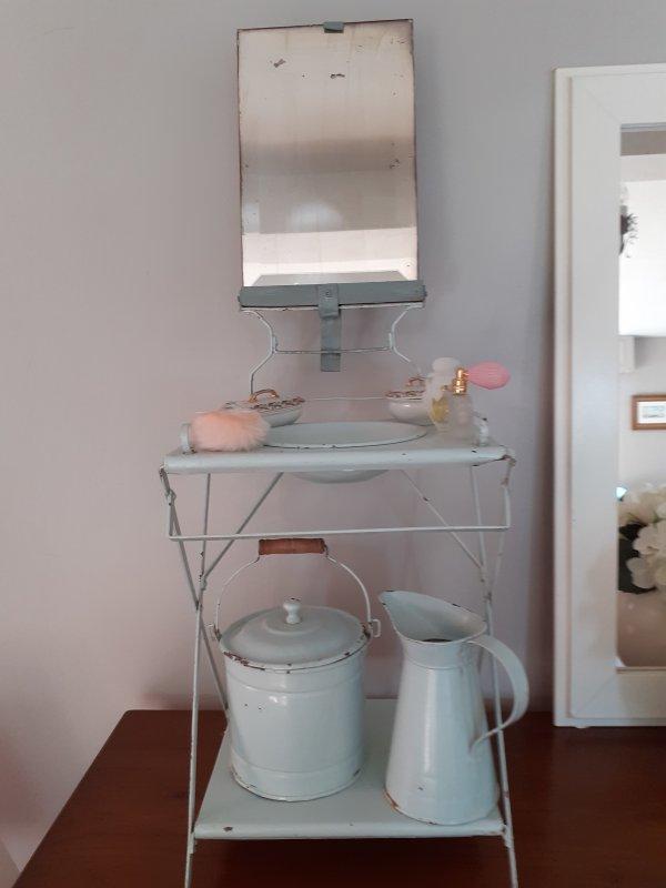 Je ne résiste pas à vous montrer  ce délicieux nécessaire de toilette  qui m a été offert par une  amie que j affectionne  .