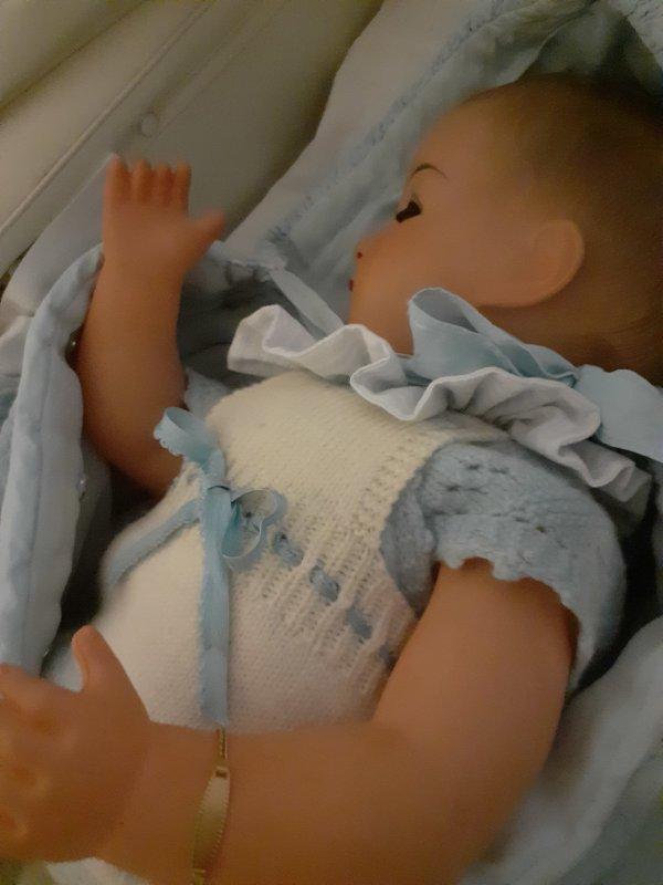 Comme c est beau un bébé qui dort enveloppé de tendresse .