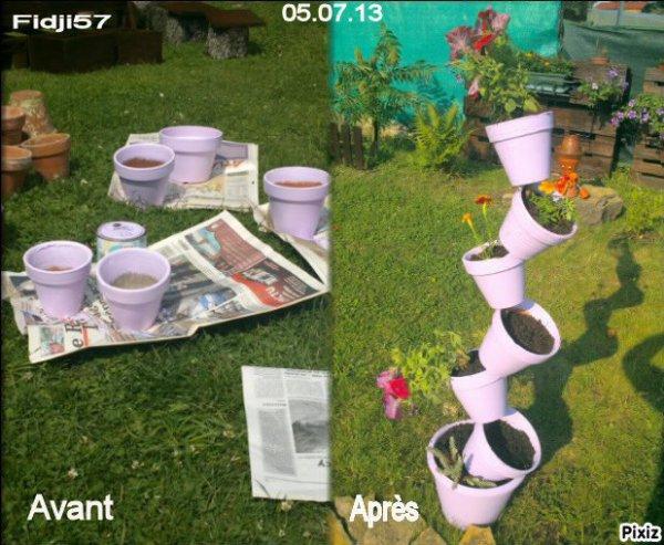 une colonne de pots de fleurs en terre cuite ....