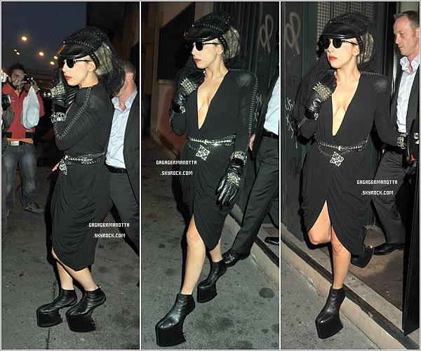 . 4 Novembre 2010 : Lady Gaga a été vue quittant un studio d'enregistrement, toujours à Milan en Italie..