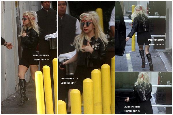 . 14 Avril 2011 : Gaga a fait un arrêt à Miami pour je-ne-sais-quoi. Elle portait une veste « Judas ». Top ?.
