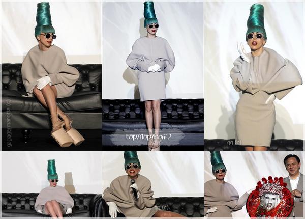 . 7 Juillet 2011 | Lady Gaga a donné une conférence de presse à Singapour. . Dans l'avant-midi du Vendredi 7 Juillet, que Gaga s'est présenté devant les médias Singapouriens pour la promotion de son dernier album « Born This Way » (Note : L'album s'est déjà vendu à plus de 7 millions d'exemplaires dans le monde !). Côté tenue, à part la perruque à la Marge Simpson et les lunettes que je déteste, j'aime bien la tenue et les chaussures très Gaga. Et toi ?