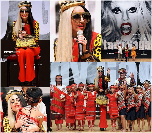 . 3 Juillet 2011   Lady Gaga poursuit la promo de son album « Born This Way », cette fois à Taïwan. Notre maman Mons†re était dans la ville de Taizhong pour une conférence de presse. -__Elle est trop belle !
