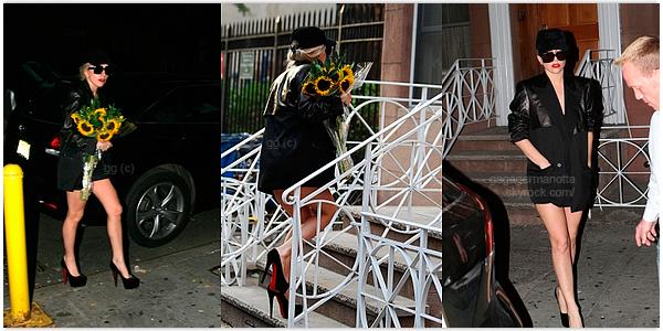. 8 Août 2011 | Gaga a été apperçue apportant des fleures à un(e) ami(e) à New York.  Lady Gaga avec une casquette ! Qui l'eut cru ! Tu trouves que ça lui va bien ? Que penses-tu de sa tenue ?