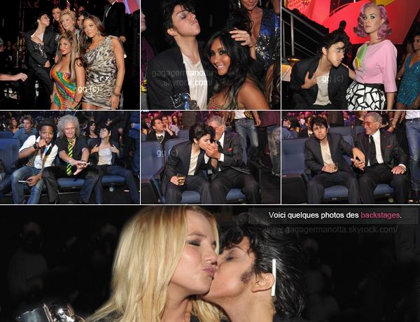 . ___♦ 28 Août 2011 : Lady Gaga au MTV Video Music Awards. . Encore une fois cette année, Lady Gaga a fait beaucoup jasé puisqu'elle était déguisée en Joe Calderone, son alter-ego masculin. Notre maman monstre a joué le rôle de son personnage à fond toute la soirée. Résultat, aucunes robes pour notre miss Gaga. Elle a bel et bien assé l'ouverture de la cérémonie avec une excellente performance du son dernier single, « Yoü And I » (voir la vidéo ci-dessous).Sur les photos ci-dessous, nous y voyons Joe/Lady Gaga dans la press room avec ses deux awards pour le meilleur clip féminin et le meilleur clip porteur d'un message avec « Born This Way ». Rappel : Gaga était nominée cette année que dans 4 catégories. .