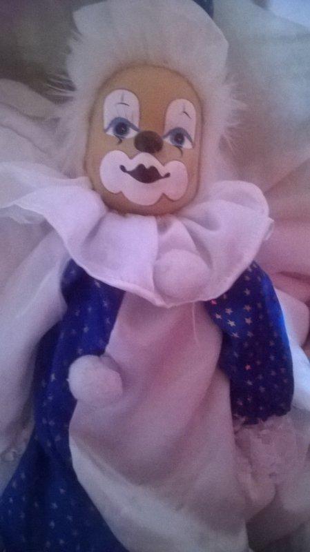 je vous présente bluewhite mon clown en porcelaine