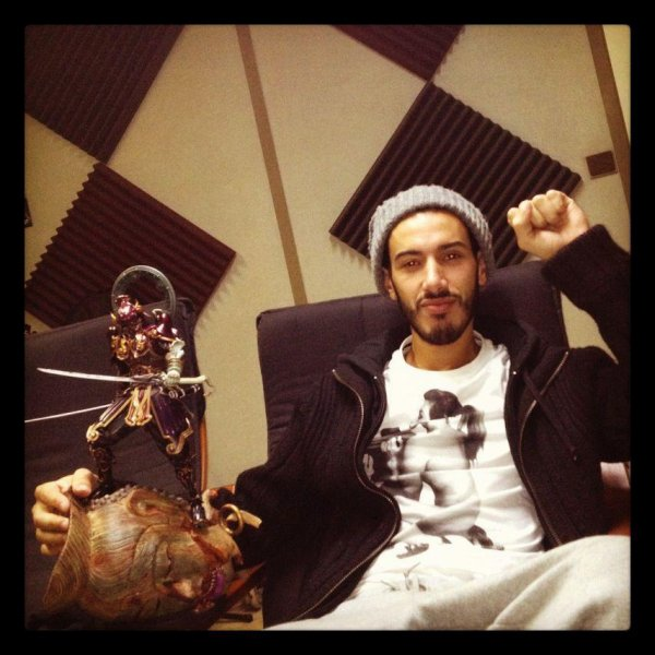 Canardo au studio avec son trophée du tournoi Tekken