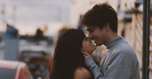 Parfois , on aime des personnes beaucoup trop , qu'on est obligé à prétendre qu'on s'en fout carrément de ses sentiments. Parce que si on se laisse vraiment ressentir à quel point on les aime , ça nous tuera.