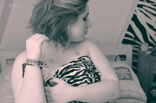 Que l'on meure maintenant dans ce lit, fugitifs, accrochés à nous-mêmes, perdus sur le récif. Que s'arrête le temps Que continue l'instant Et que s'ouvre l'abysse devant toi mon amour Allez délivre moi du plaisir qui nous ronge Allez libère toi au violent de nos songes Allez, transe avec moi sans jamais t'arrêter, toute nue sous l'orage, je veux te voir pleurer. Hors de moi!les avions qui passent au dessus de nousles visages qu'on a croisés qu'on a perdusles gens qu'on a aimés puis qu'on n'aime plusles yeux qui sèchent au temps qui passeles amis qu'on a laissés derrièrela vie qui perd de ses mystèresles évidences qui vous lacèrent et puis qui tuentet la beauté des filles quand elles sont nuesles liens du sang qui nous tiennent le c½urles croix qu'on porte et la chaleurde vous mes frères tenant l'espoira bout de bras mes jours de gloireles parfums qu'on reconnaît plusles filles qu'on n'a jamais revuesles jours de fêtes et les bals des lycéescelles à qui on n'a jamais parléouais tout ce que la vie a emportéle muscle qui arrête pas de saignerles choses qu'on ne peut pas refairetout ce qu'on aura laissé derrièreles poussières et puis les rubiset les amis au fond des nuitsdans les gorges des filles oui tout s'oubliel'hémorragie de nos mélancoliesun jour bientôt face à la mortme reviendront à la mémoiretoutes ces choses que j'ai oubliéesouais puis toi que j'ai aimétu sais toujours face à la mortnous reviennent à la mémoirecelles avec qui on a danséles jours de fêtes et des bals des lycées.