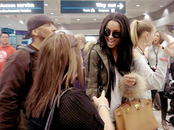 >Lundi 4 Mai  Ciara arrivant en Australie où elle s'apprête à participer dans quelques jours au Festival SUPAFEST !