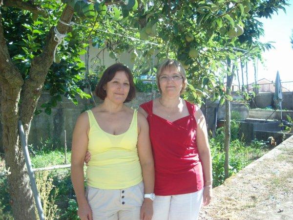 Moi et ma soeur derrière la maison au Portugal