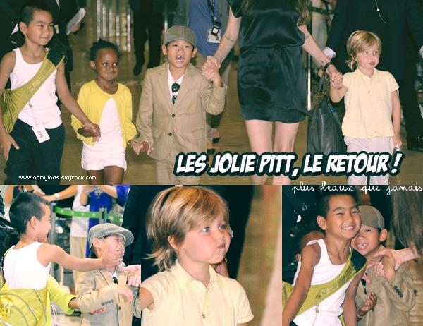 + _les petits Jolie Pitt en pleine forme arrivent au Japon le 25 Juillet ~ + Comme sa co-star Liev Shreiber, Angelina Jolie parcourt la Terre afin de promouvoir Salt, leur nouveau film. Et comme elle ne veut pas laisser ses adorables enfants loin d'elles, aux USA, elle a décidé d'emmener les plus grands avec elle (et puis, de toute façon ils pourront toujours s'amuser avec Alexander et Kai) en laissant les jumeaux de 2 ans avec Brad, ceux-ci n'étant pas fan du changement de maison... Zee s'est fait toute petite, au milieu de ses frangins qui n'arrêtaient pas de se chercher...