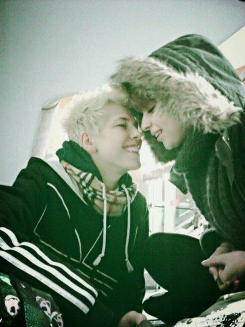 """Tu es mes yeux quand je ne vois plus  Celle qui me guide le chemin  Je ne veux pas de """"je t'aime plus """"  Princesse tient moi la main . Tu es mon bout de paradis Celle qui me redonne le sourire Petit trésor je te le dis ,  Dans tes yeux j'vois mon avenir"""