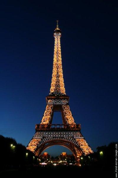 la tour effels est trop belle la nuit