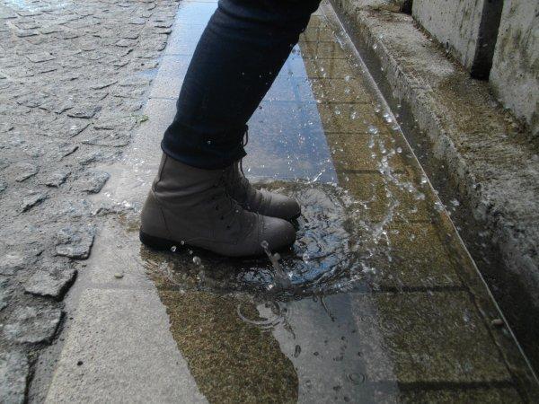 Je suis une gogolle qui s'amuse a sauter dans les flaques d'eau ._.  ♥