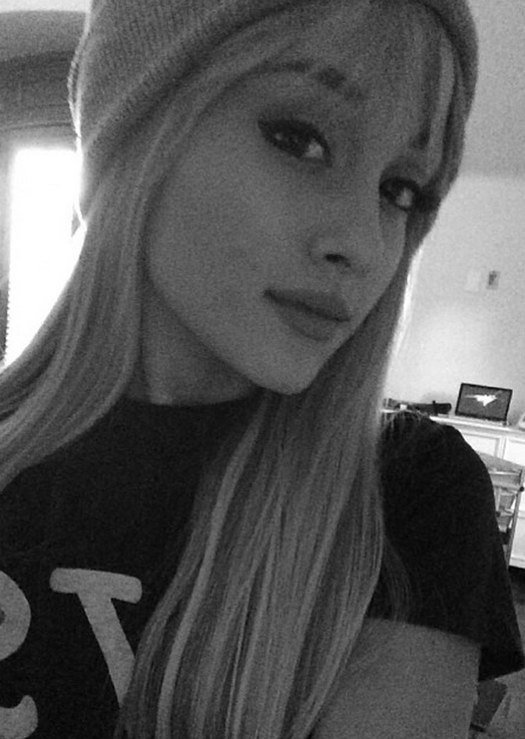 Ariana Grande with blonde wig. Ariana Grande avec une perruque blonde.