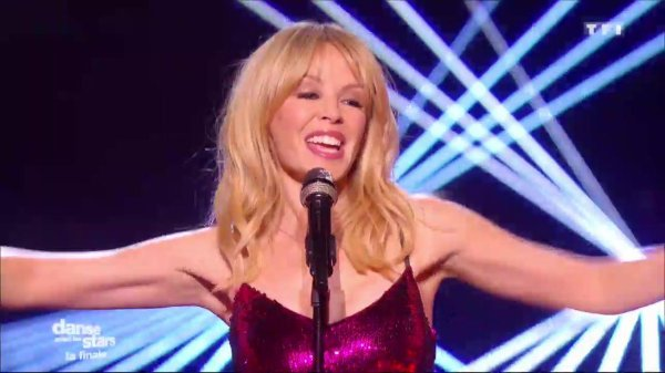 "Chorégraphie de la troupe : "" Saturday Night Fever "" sur la chanson : "" Night Fever "" interprétée en live par Kylie Minogue:"