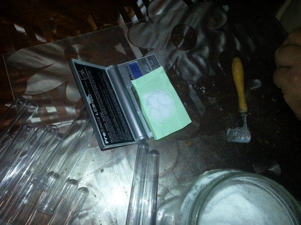 Traitements 2012, pesage précis de l'acide oxalique, dose individuelle stockée dans des éprouvettes