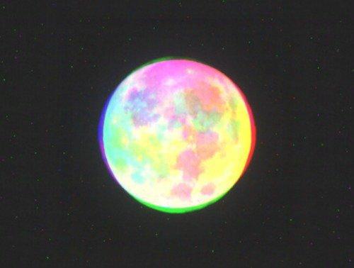 _ JULIETTE. - Oh ! ne jure pas par la lune, l'inconstante lune dont le disque change  chaque mois,  de peur que ton amour ne devienne aussi variable !  _