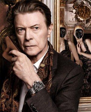 Nouvelle campagne de Louis Vuitton avec Arizona Muse et David Bowie: Quel est le problème avec ces masques?