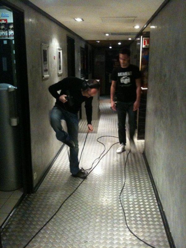 La mission de ROMANO pour voir Cédric aux toilettes !