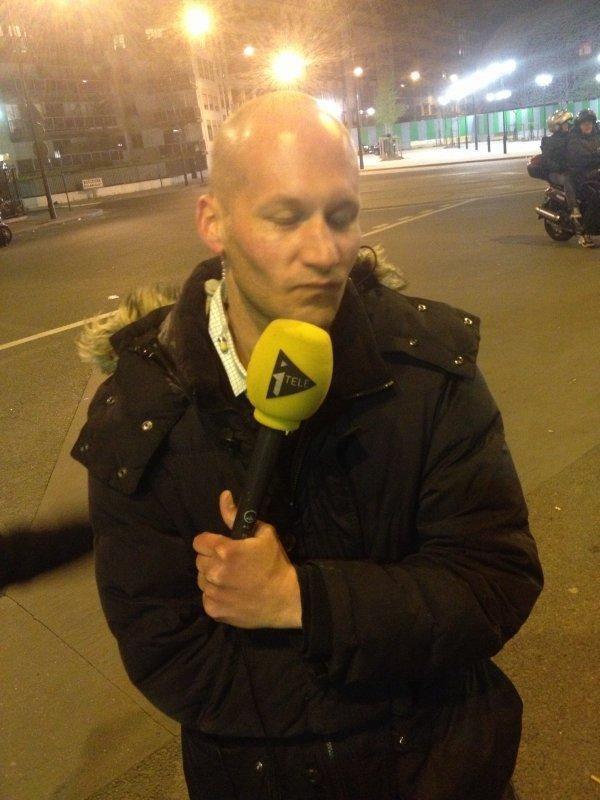 Cédric ne passe pas la tv mais prend en photo le journaliste d'Itélé