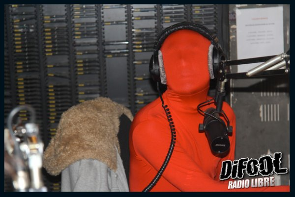 Romano en morphsuit dans la Radio Libre