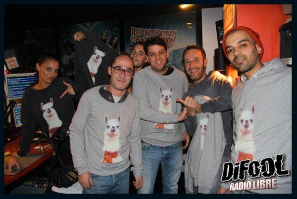 Les membres de la Radio Libre de Difool avec le pull Serge le Lama
