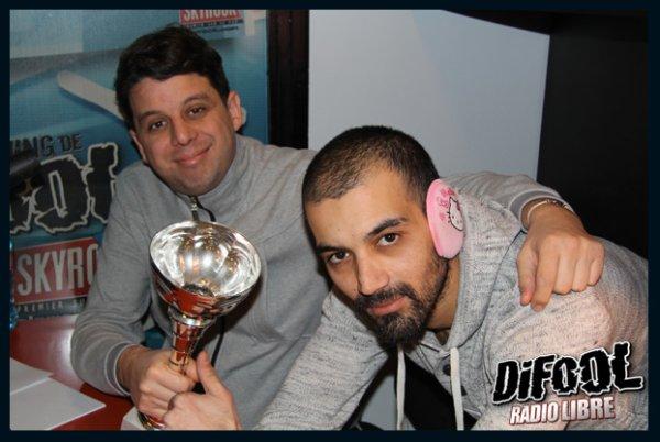 Cédric pose avec Karim pour sa victoire au clash de la drague!