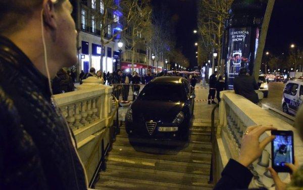 Un automobiliste  a tenté de garer sa voiture dans le métro des Champs Elysées!