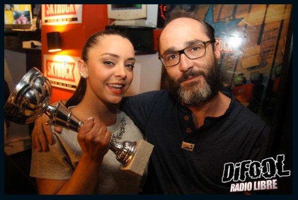 Romano posant avec Liza Del Seria après sa victoire au clash de la drague !