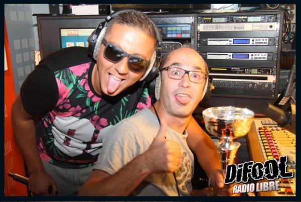 Romano qui pose avec Dj Kayz après sa victoire au clash de la drague !