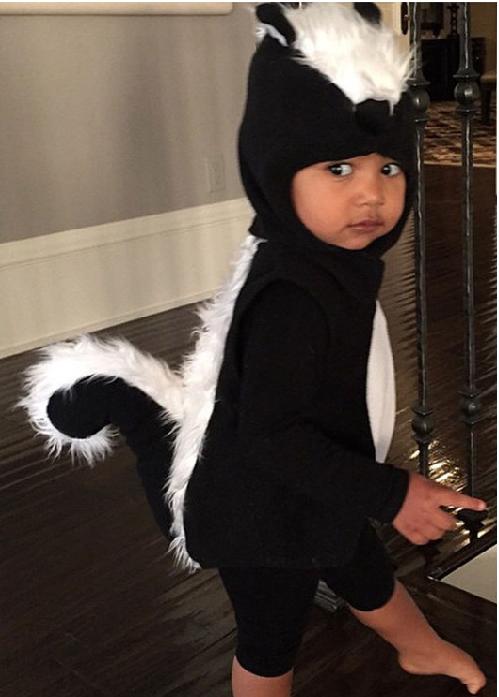Difool vient d'en parler, voila North West la fille de Kanye West et Kim Kardashian déguisée en putois ;)