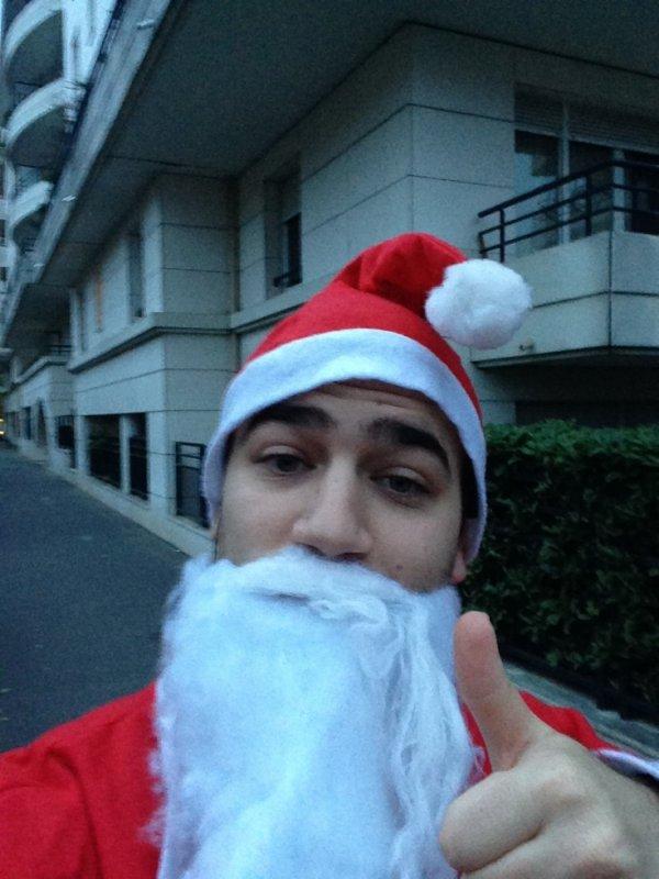 Karim le père noël part se faire offrir des cadeaux par les passants !