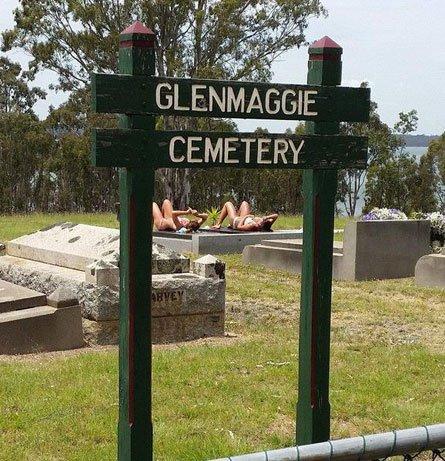 Les deux femmes bronzant au cimetière