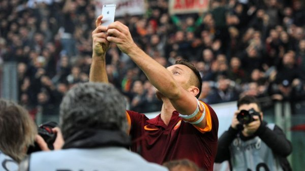 Francesco Totti en mode selfie après un but ! #MorningDeDifool