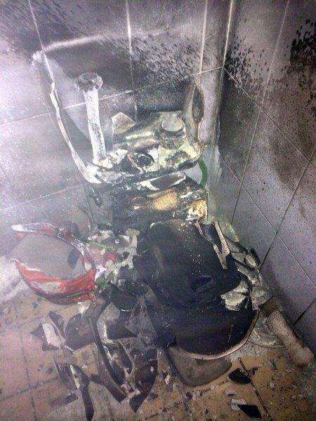 Voici les toilettes explosés par une femme de ménage qui essayait de tuer un cafard #Skyrock