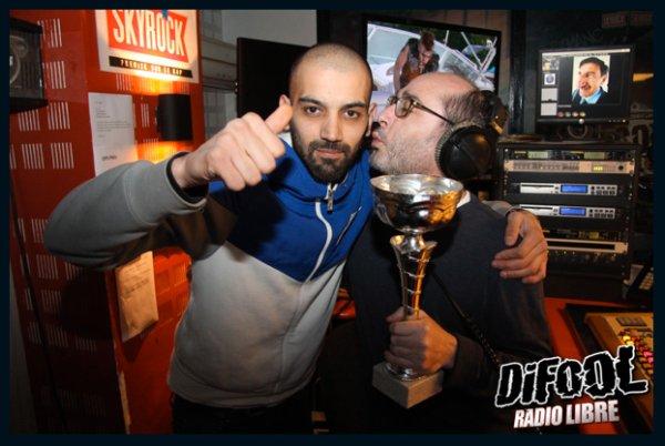 Romano posant avec Karim après sa victoire au clash de la drague !