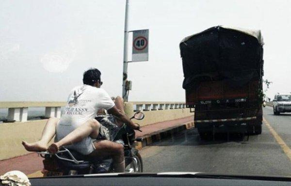 En Inde, un couple est condamné pour avoir fait l'amour sur une moto en marche !