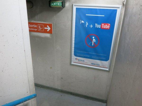 Un panneau pour dissuader les gens d'uriner dans le parking de la Gare du Nord à Paris !