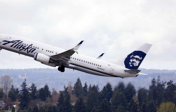 Un avion de Alaska Airlines décolle avec un bagagiste dans la soute !