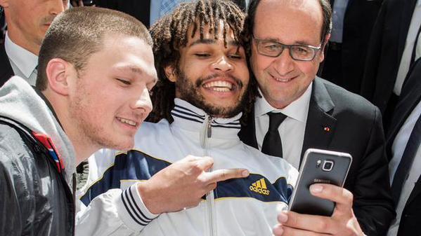 Des selfies avec François Hollande qui vont un peu trop loin !