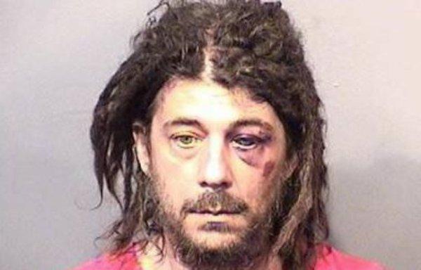Il tente de faire l'amour à un arbre et agresse un policier !