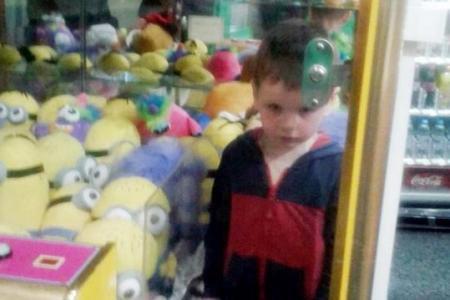 Déterminé à attraper un Minion, Henry, 4 ans, s'est retrouvé bloqué dans une machine attrape-peluches !