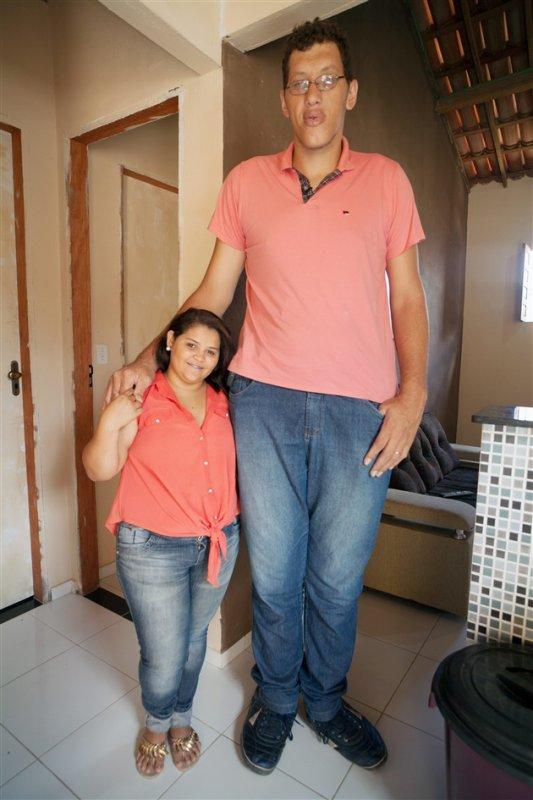 Il souffre de gigantisme et a épousé une femme toute petite !