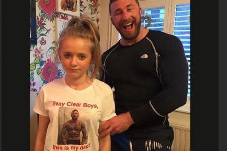 Un papa imprime son image sur le tee-shirt de sa fille pour dissuader les jeunes hommes malintentionnés !