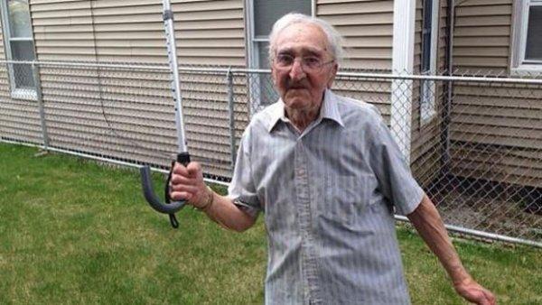 Un papy de 95 ans met une raclée au voleur qui a tenté de lui voler son portefeuille avec sa canne !
