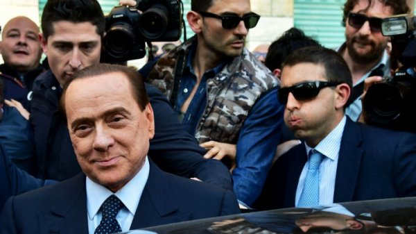 Berlusconi se trompe de meeting et encourage un candidat de gauche !