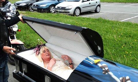 La mariée arrive à la cérémonie dans un cercueil !
